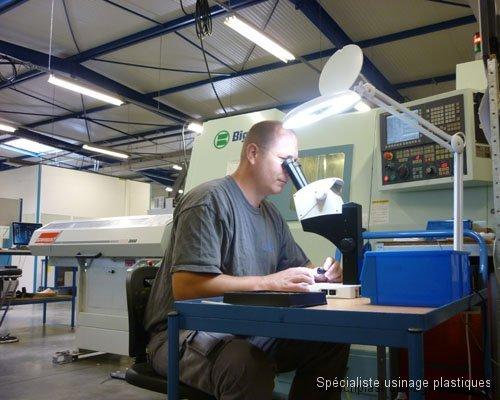 Autocontrole en cours de production au microscope