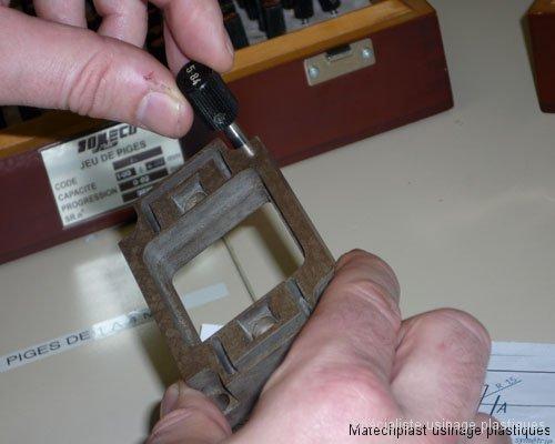 Contrôle d\'un perçage à la pige calibrée d\'une pièce en ryton R4
